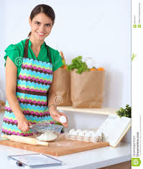 fait de la cuisine la femme fait des gâteaux dans la cuisine image stock image du