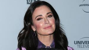 hair style from housewives beverly hills kyle richards bailing on bel air lists estate for sale or rent