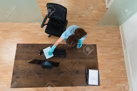 nettoyage bureau vue en plongée d un clavier femme nettoyage bureau bureau