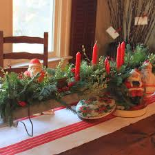 fantastic natural christmas table decorations with green leaves