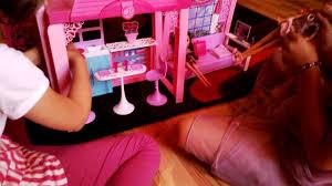 fetele copiii se joaca cu casa papusi barbie