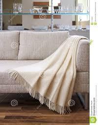 drap canapé la couverture a drapé au dessus d un canapé image stock image