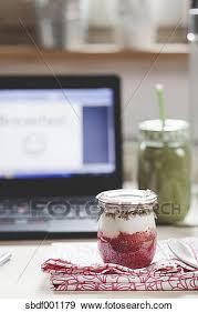petit d駛euner au bureau banque de photographies vert smoothie et yaourth petit