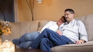 sur canapé sur canapé dans salon moderne regarde drôle télé vidéo