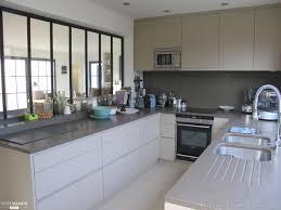 cuisine verriere une cuisine moderne agencée en u avec verrière d intérieur