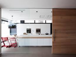 la cuisine familiale une cuisine familiale fonctionnelle et épurée en corian