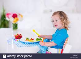 Esszimmer Essen Kind Mit Gemüse Für Das Mittagessen Gesundes Obst Und Gemüse