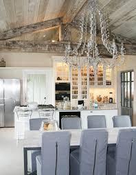 cuisine ambiance un îlot et un vaisselier qui valorisent le bâti cuisine ambiance