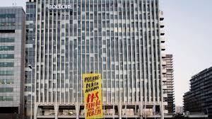 déforestation greenpeace déploie une banderole devant le siège de