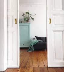 wohnzimmer türkis blick ins wohnzimmer altbau interior holzdielen flügeltür