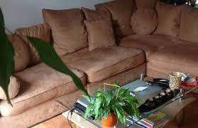 nettoyage de canapé nettoyer un sofa en microfibre 10 trucs nettoyage