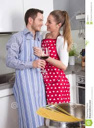 l amour dans la cuisine les couples dans l amour faisant cuire ensemble dans la cuisine et