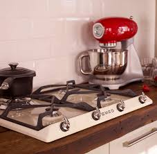 great retro 50 style and victoria kitchen cream gas hob and red