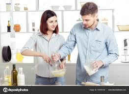 amour dans la cuisine heureux en amour cuisson pâte en cuisine photographie