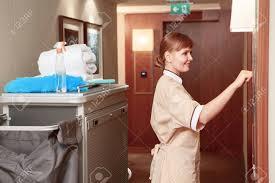uniforme femme de chambre hotel temps pour le service de chambre sourire femme de chambre hôtel