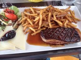 assiette complète avec magret et fromage et salade caesar bonne