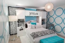 betten für jugendzimmer schlafzimmer mädchen weiß hellblau schwarze akzente deko regale