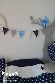 création déco chambre bébé banderole fanions gris blanc bleu ciel bleu marine étoiles pois