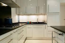 cuisine blanche avec plan de travail noir plan de travail pour cuisine blanche gallery of quelle peinture