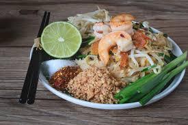 feu vif cuisine nouille de riz faite sauter à feu vif avec des crevettes