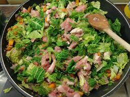 cuisiner le chou frisé émincé de porc au choux frisés et carottes violettes mangeuse