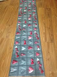 tappeti a metraggio tappeto cucina a metraggio pvc largo 55 cm cuori grigio tortora
