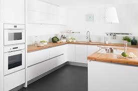 cuisine blanche plan de travail bois plan de travail cuisine chene modle aviva chne de toscane