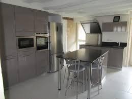 cuisine taupe cuisine laquée taupe plan de travail granit noir