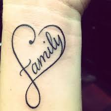 tatouage coeur femme poignet avec family au centre phrase