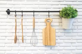 tringle de cuisine poser une barre à ustensiles dans la cuisine ooreka