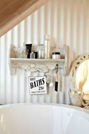 wandregal badezimmer rustikales badezimmer romantisch gestalten