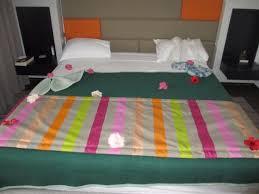 fleurs dans une chambre déco avec fleurs sur notre lit merci à la femme de chambre