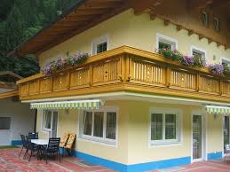 balkone holz holzbalkone im zeitlos modernen und ländlich traditionellen stil
