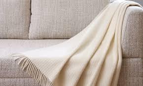 tissu pour recouvrir canapé un tissu robuste et abordable pour fauteuil ça existe trucs