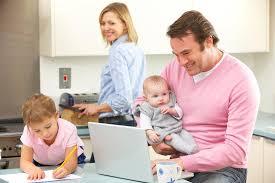 cuisine en famille famille occupé ensemble dans la cuisine image stock image du