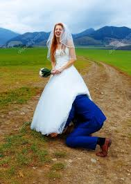 concept mariage furtivement sous sa robe de mariée concept mariage drôle photo