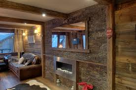 cuisine vieux bois entièrement rénové en bardage vieux bois avec de vielles poutres