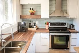 comptoir de cuisine blanc cuisine espace bois au design moderne avec dessus de comptoir en