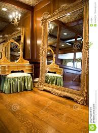 antiker spiegel gold antiker spiegel und aufbereiter lizenzfreie stockfotos bild 2122678