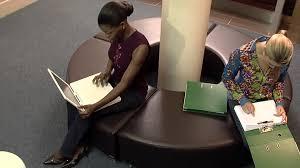 ordinateur portable bureau femme bureau travailler ordinateur portable hd stock