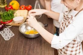 cuisine avec enfant 4 trucs pour cuisiner avec les enfants wixxmag