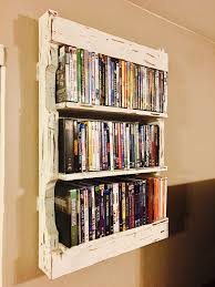 Building Wooden Bookshelves by Best 25 Pallet Shelves Ideas On Pinterest Pallet Shelving