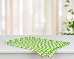serviette cuisine serviette de cuisine à carreaux verte sur la table au dessus du
