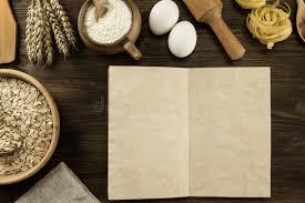 vieux ustensiles de cuisine ouvrez le vieux livre de vintage sur le fond en bois âgé ustensiles