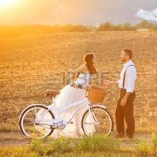 hochzeitsgeschenk braut an brã utigam schöne braut und bräutigam hochzeit porträt mit weißem fahrrad