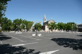 A Place Vue File Place De Parking Immense Avec Vue De L église à Le Pontet