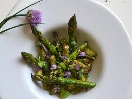 cuisine asperges vertes recette salade d asperges vertes poêlées à l ail et au basilic