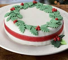Christmas Cakes And Decorations by How To Decorate A Holly Wreath Cake Hobbycraft Blog