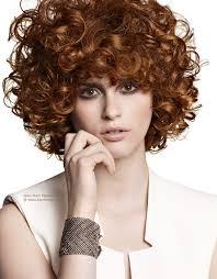 Hochsteckfrisuren Locken Kurze Haare by Kurze Frisur Mit Starken Springenden Locken Und Haar Ins Gesicht