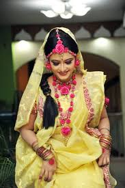 yellow saree and pink flower jewelry for gaye holud blouse